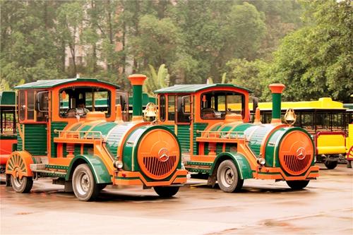 长隆野生动物园游客乘坐观光小火车进行参观!